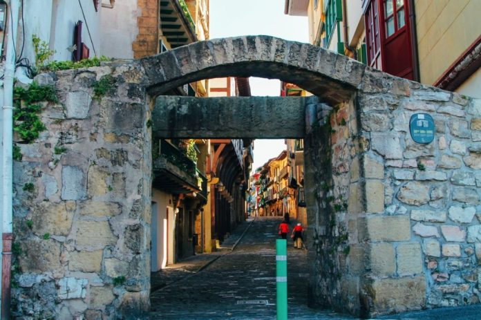 Entrada al casco antiguo de Hondarribia. Fotografia:handluggageonly