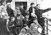 Niños vascos evacuados durante la Guerra Civil, en la cubierta de un barco camino del exilio, acompañados por sacerdotes católicos. (Fotografia: Fundación Sabino Arana)