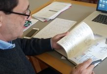 El diseñador Manuel Estrada y uno de sus cuadernos de trabajo