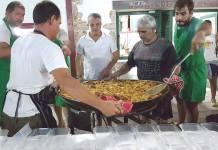 Miembros del Centro Vasco de San NIcolás preparando alimentos para atender a los damnificados de las inundaciones del centro de Argentina