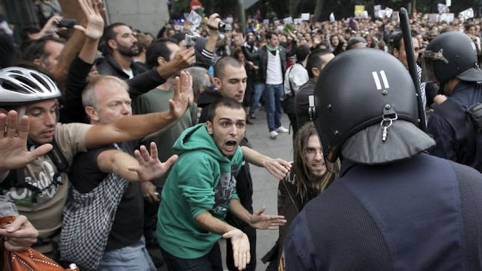Police and demonstrators against the Gag Law (photo courtesy eldiario.es)