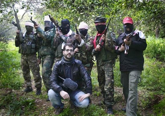 Unai Aranzadi en Gaza con miembros del Frente popular para la liberación de Palestina