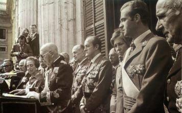 El dictador Franco en su última aparición pública el 1 de octubre de 1975, rodeado de las autoridades de su régimen