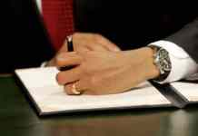 Barack Obama firma su primer acta como presidente. Imagen de archivo. EFE/Molly Riley. POOL.