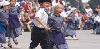 Niños en un Festival Vasco de nevada. The Daily Free Press via AP Ross Andreson