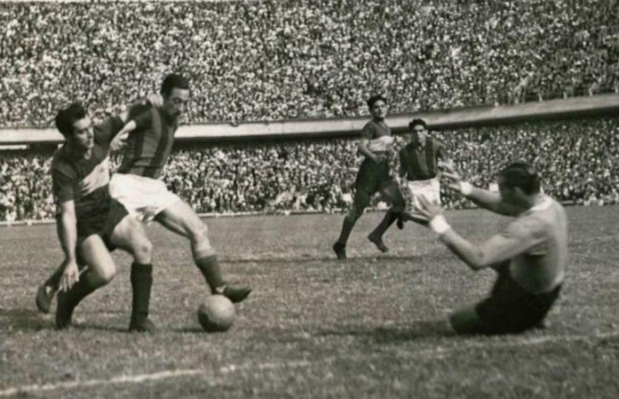 El Vasco Lángara, un ídolo de San Lorenzo, le convierte a Boca. / Foto: El Gráfico