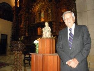 Gastón Acurio Velarde con la Andra Mari de Arantzazu en la conmemoración del el 400 aniversario de la fundacion de la Hermandad de Nuestra Señora de Aranzazu de Lima