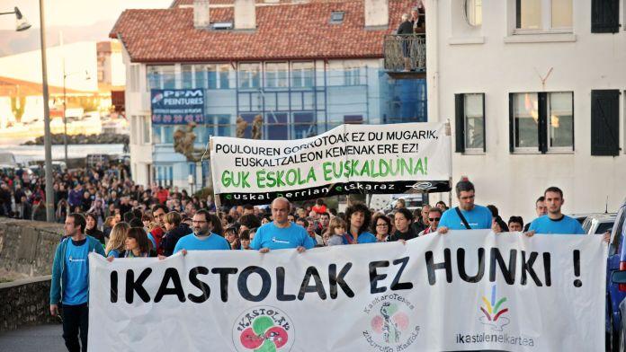 Des manifestants en faveur des écoles en langue basque à Ciboure le 8 novembre 2014 afp.com/Iroz Gaizka