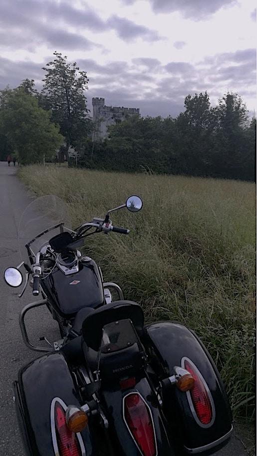 Ante el Castillo de Arteaga. Puntos de Vista. John R. Bopp por Bizkaia en moto