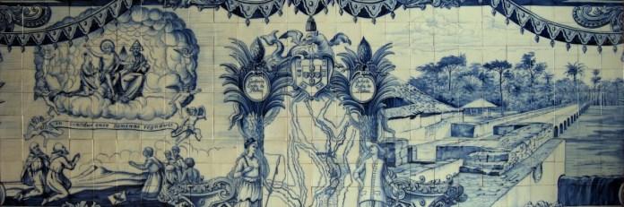 Representación en los azulejos de la Fortaleza de São Miguel de Luanda de la «fabrica de fundição de ferro de Nova Oeiras» en los márgenes del rio Luinha