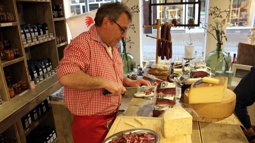 Vorbereitung der Käse-und Speckdegustation.