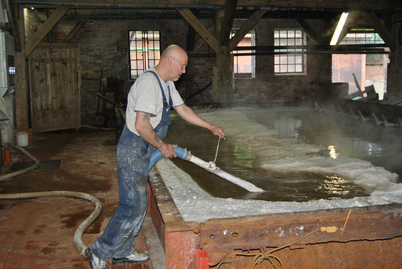 Salinenarbeiter an der Siedepfanne