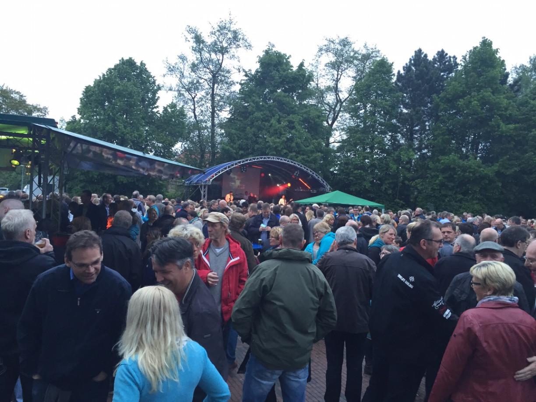 """Gut besucht war die Auftaktveranstaltung des Konzertsommer Papenburg mit """"Achtung Baby! - (c) Papenburg  Tourismus / Patrick Anneken"""