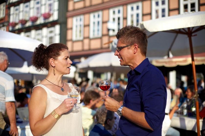 Weinverkostung vor traumhafter Fachwerkkulisse. © Celle Tourismus und Marketing GmbH