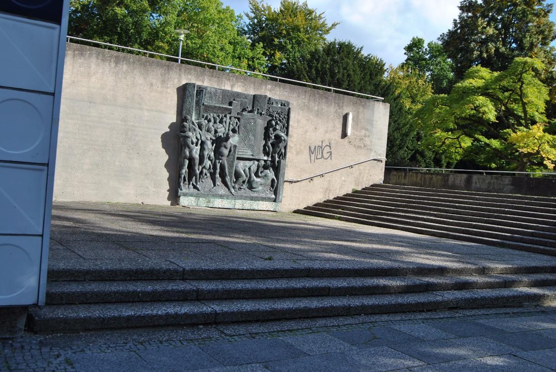 """Das Bronzerelief """"Die Stadt"""" an der Göttinger Stadthalle am Aufgang zur Terrasse © Michaela"""