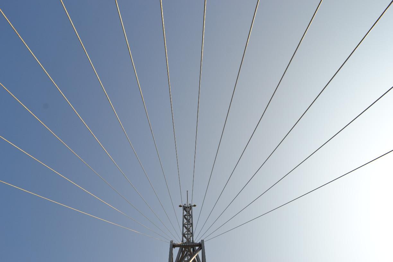 In der Spitze des Sail City Hotels laufen die netzartig gespannten Seile zusammen