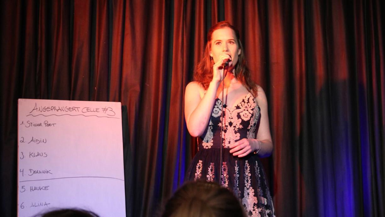 Slamerin Jessy James leitet den Poetry-Slam Abend