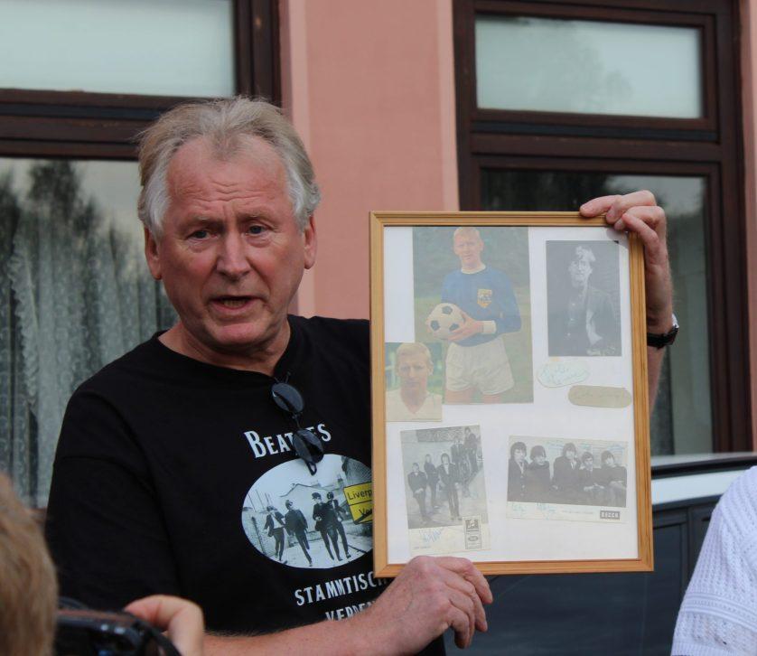 Der Zeitzeuge Harry Schwerdtner mit seinem Originalautogramm. © Fotoarchiv der Stadt Verden (Aller), Katrin Döring