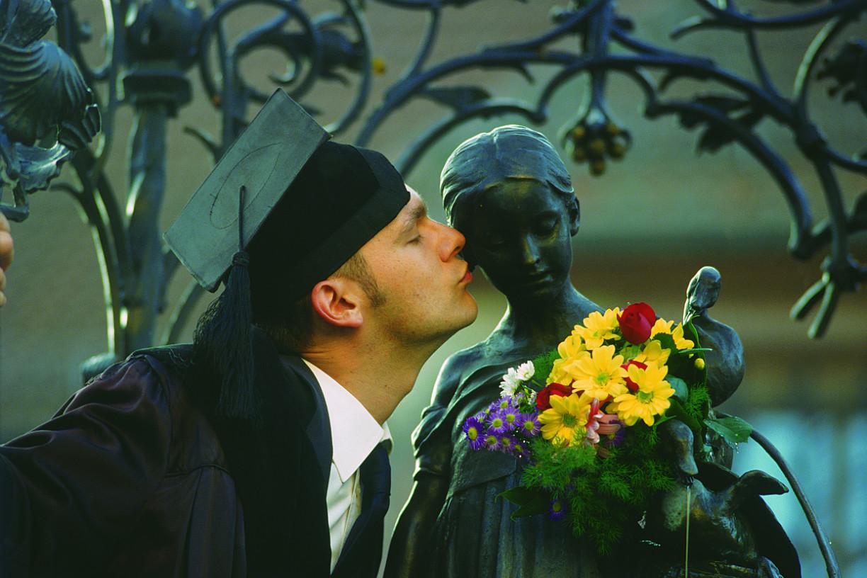 Ein Doktorand küsst das Gänseliesel