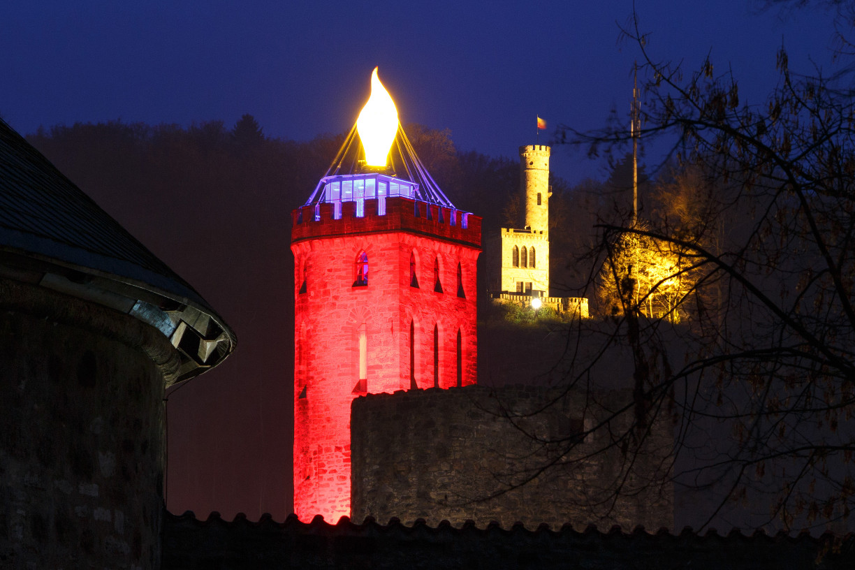 Der illuminierte Fährenpfortenturm erleuchtet die Hann. Mündener Altstadt in der Weihnachtszeit. Im Hintergrund ist die Tillyschanze zu sehen.
