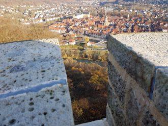 Die Fulda schlängelt sich zwischen Tillyschanze und der Hann. Mündener Altstadt hindurch