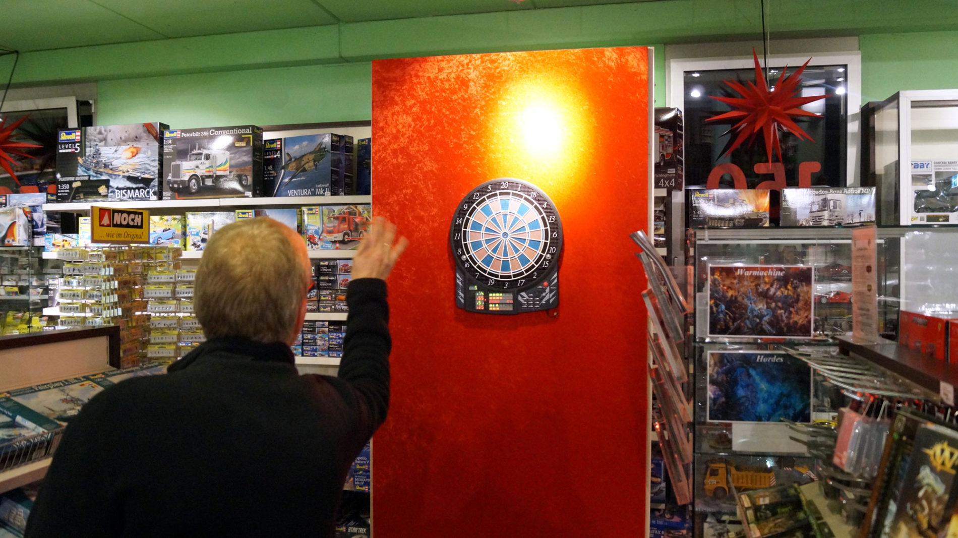 Darts beim Männerabend im Spielzeugladen Schütte in Gifhorn