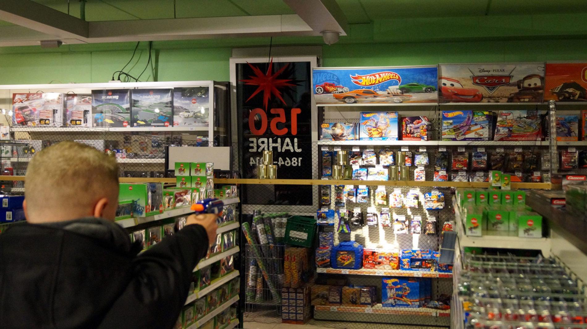 Dosenschießen beim Männerabend im Spielzeugladen Schütte in Gifhorn