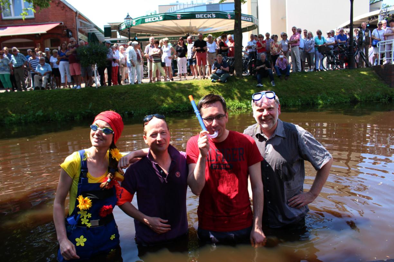 In Papenburg werden Menschen im kanal getauft