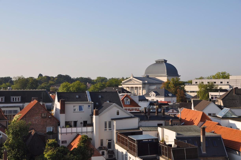 Oldenburg vom Parkdach des Parkhauses am Waffenplatz. Im Hintergrund ist groß die Kuppel des Staatstheaters zu sehen.