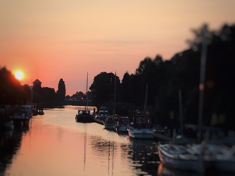 Besonders beliebt: Erste Sonnenstrahlen an einem Herbstmorgen, Stadthafen Oldenburg