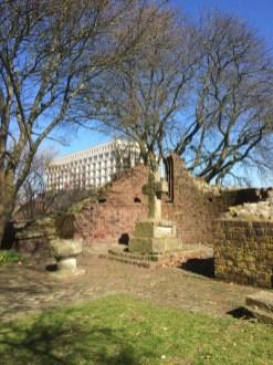 Blick über die Banter Ruine auf das Atlantic Hotel (c) Laura