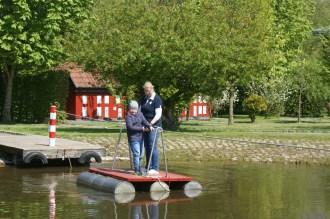 Noa mit seiner Mutter auf dem Floß © Barbara