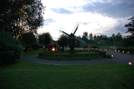 Im ganzen Park sind unzählige Windlichter verteilt © Enno Ellerbrock
