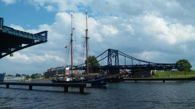 Die GALLANT passiert die Kaiser-Wilhelm-Brücke © Janina Onken