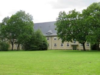 In der ehemaligen Kaserne kann man wie in Prora oder im olympischen Dorf in Berlin NS-Architektur erleben.