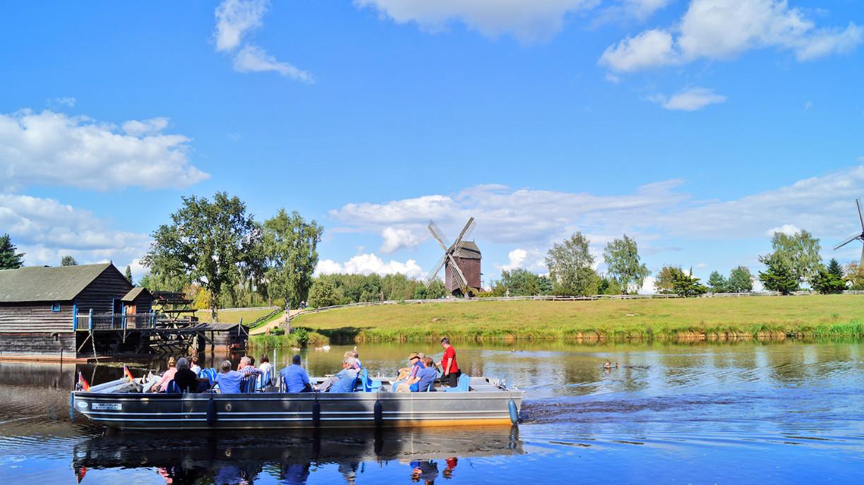 Kahn auf der Ise mit dem Mühlenmuseum im Hintergrund