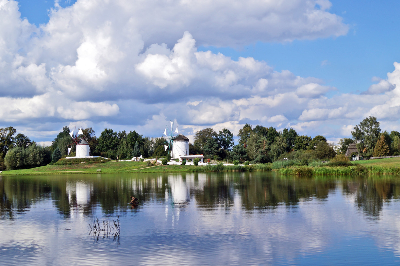 Der Mühlensee mit der Portugiesischen und Griechischen Mühle im Hintergrund