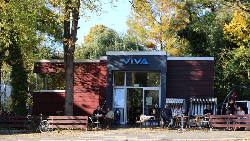 Strandkörbe und gemütliche Sitzgelegenheiten vor dem Café Viva (c) Hildesheim Marketing