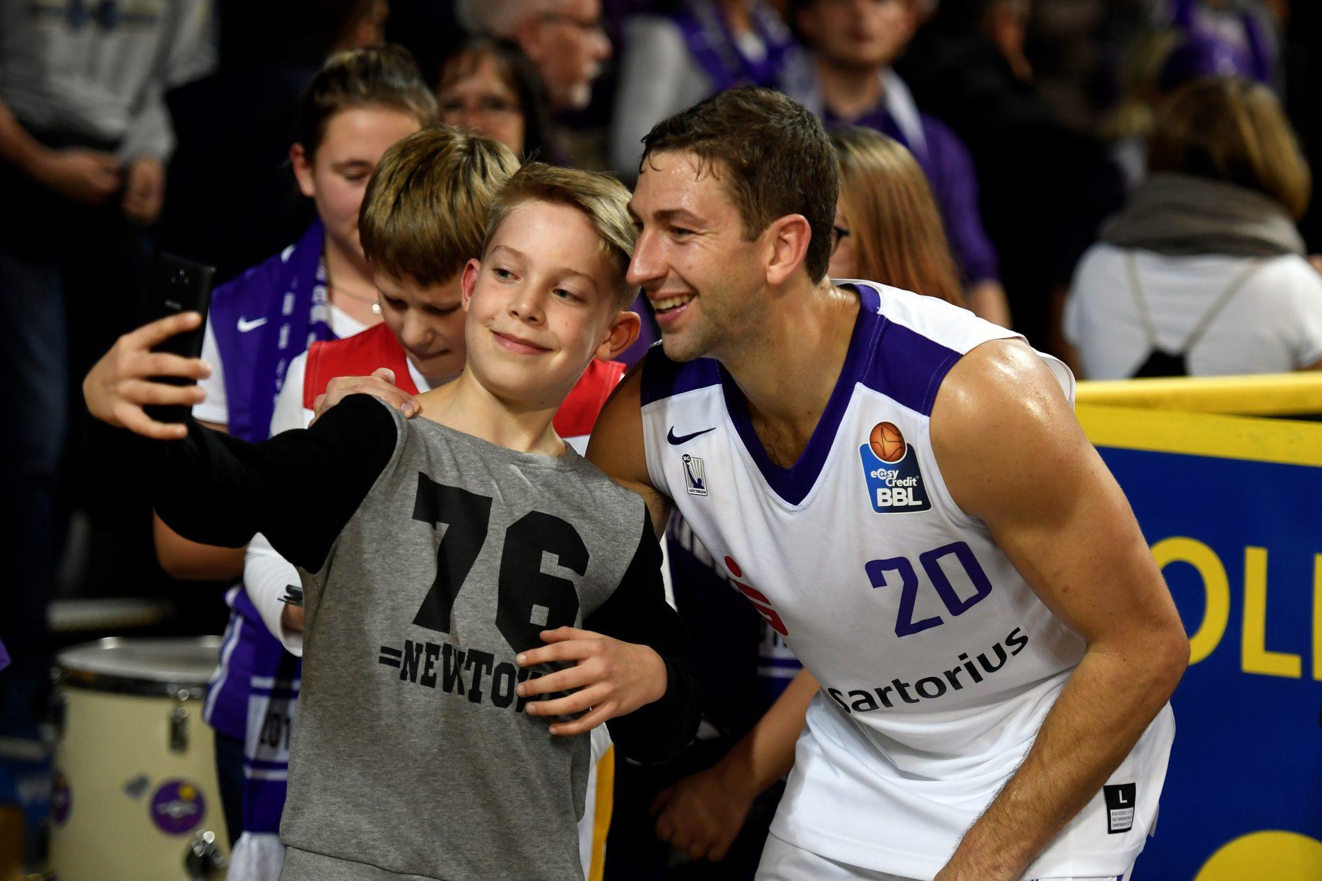 Selfie mit einem jungen Fan - Michael Stockton