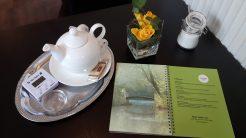 Neben einer großen Kanne Tee steht der Tea-Timer - ein Paradies für Teetrinker