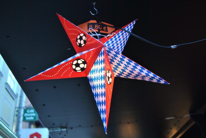 Beleuchteter Weihnachtsstern in den farben des FC Bayern München (c) Angelika
