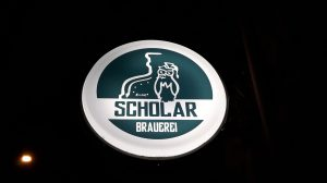 Von außen leuchtet bereits das Schild der Scholar-Brauerei in die Nacht
