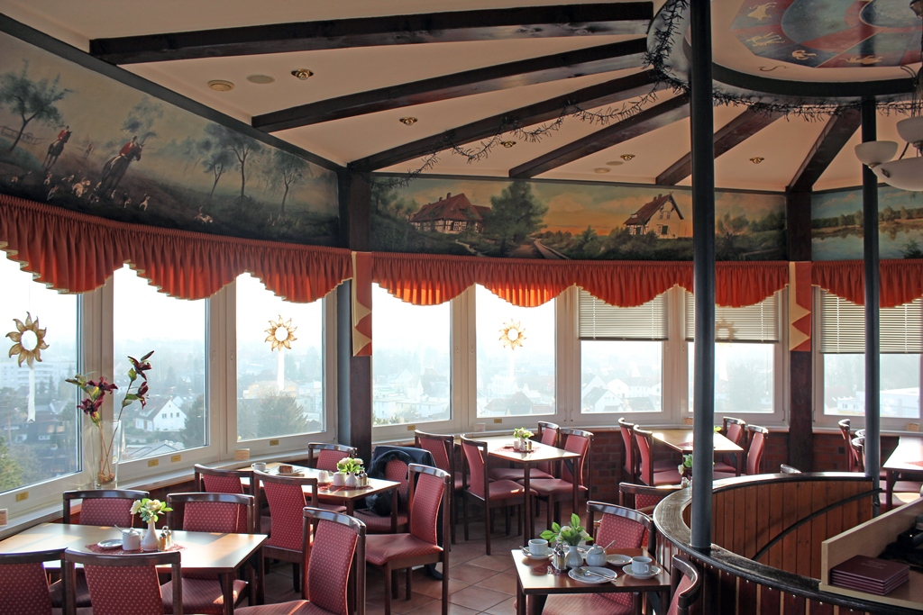 Sitzgelegenheiten im Panoramacafé im Gifhorner Wasserturm mit Rundumaussicht auf die Region.