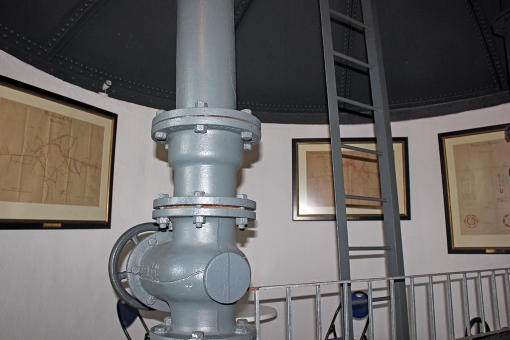 Wasserventil und Karten auf Ausstellungsfläche im Inneren des Gifhorner Wasserturms.