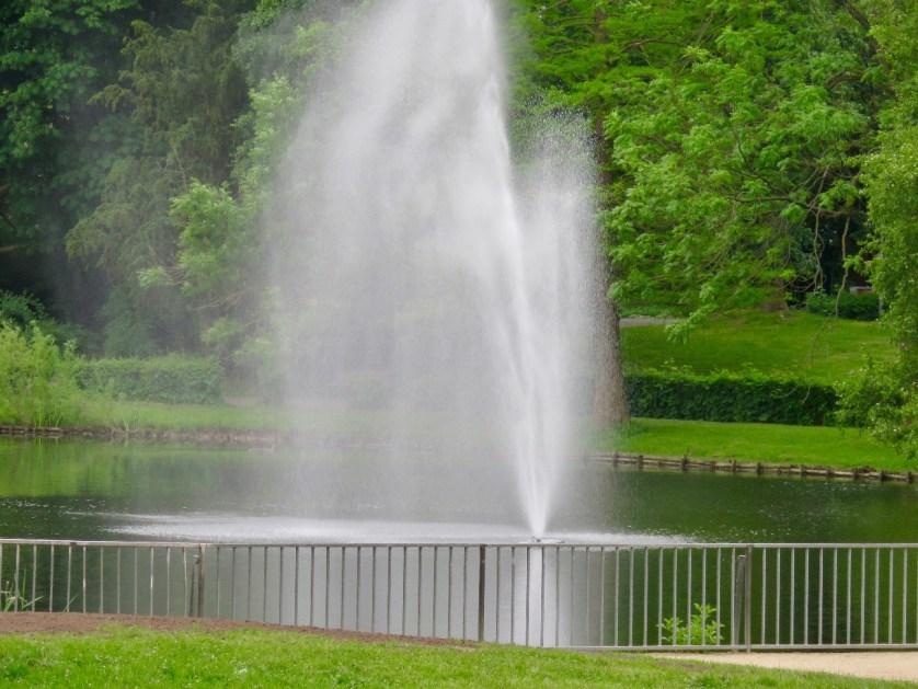 Die Wasserfontaine des Stadtgrabens hört und sieht man von der Terrasse des Parkhotels