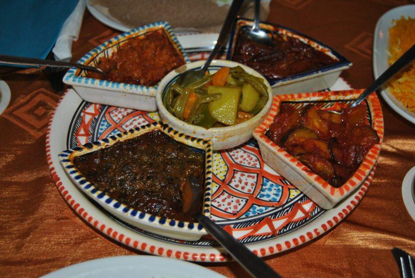 Verschiedene afrikanische Gerichte in kleinen Probiertöpfen (c) Keno