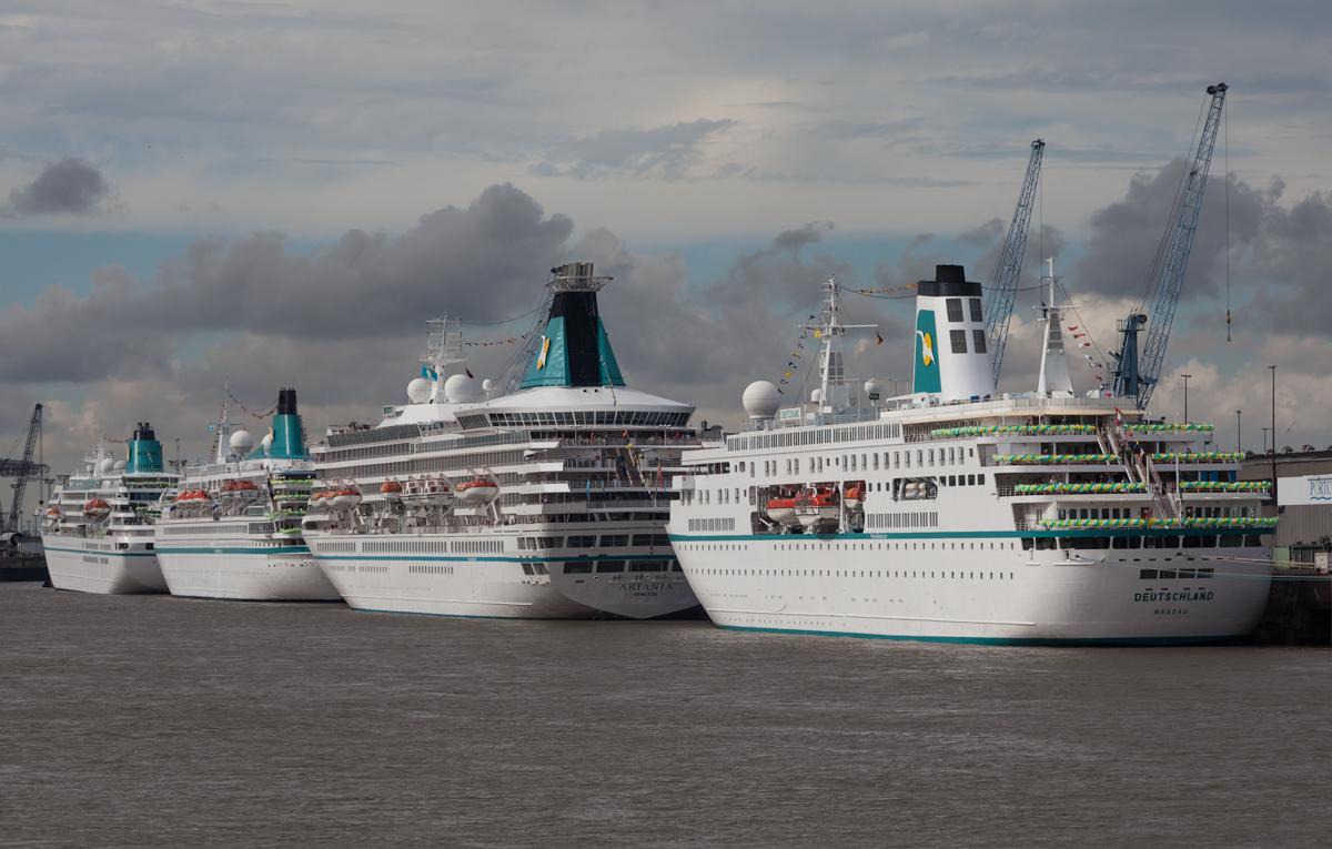 vier Kreuzfahrtschiffe