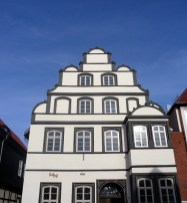 Die Sandsteinfassade des Kavalierhauses in Gifhorn.
