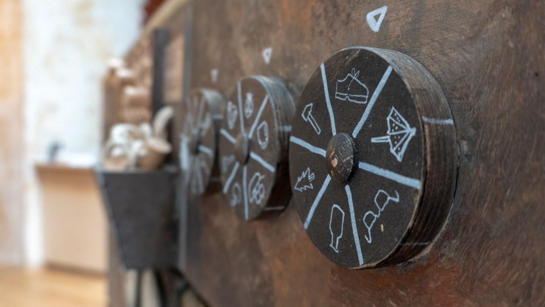 Uns erwarten knifflige, aber liebevoll gestaltet Rätsel wie z. B. drehbare Holzscheiben mit verschiedenen Motiven