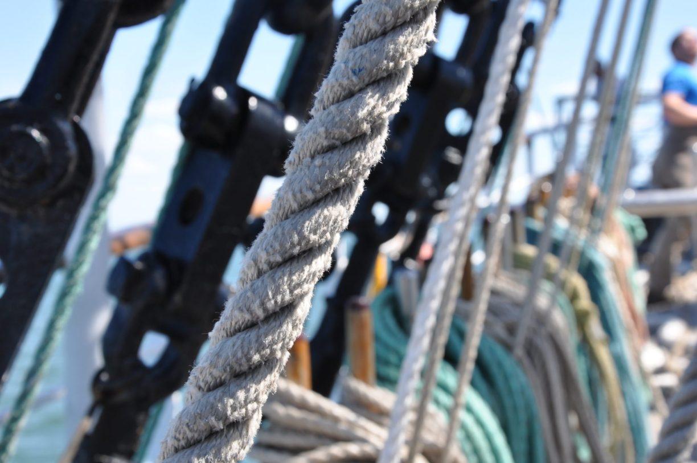 Taue an Bord des Segelschiffs Mir